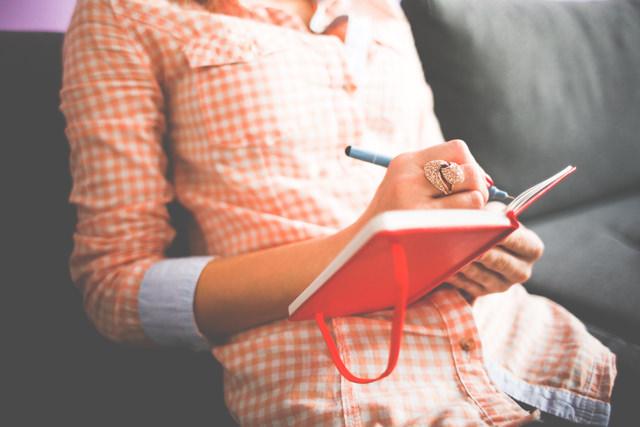 日記を書く女性